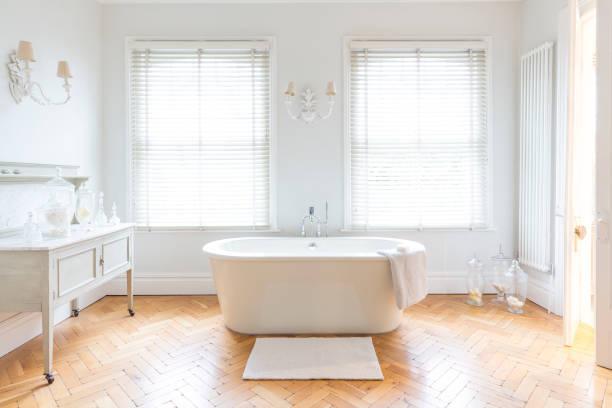 Décoration de salle de bain mêlant le moderne au vintage avec une baignoire îlot