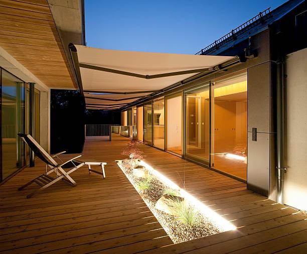 Store banne pour une terrasse contemporaine éclairée